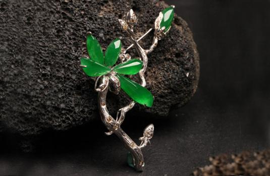 树叶形镶嵌翡翠胸针由绿色与无色翡翠组成